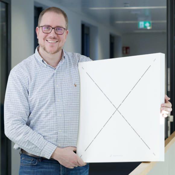Jens Werner, Sennheiser Portfolio Manager Business Communication, mit einem TeamConnect Ceiling 2