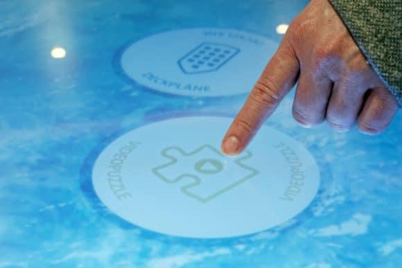 Auf den interaktiven Oberflächen der Multitouch-Tische können sich die Gäste mit Spielen die Zeit vertreiben.