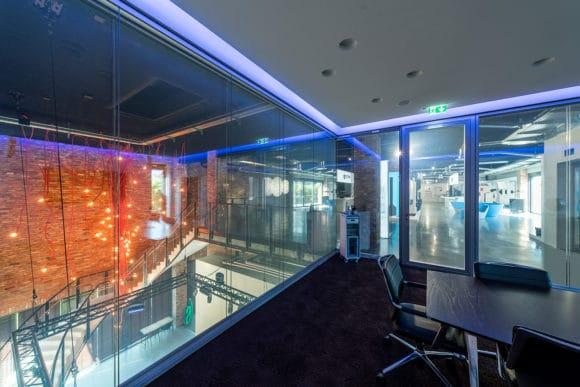 Blick aus einem der Meetingräume in den Showroom-Bereich