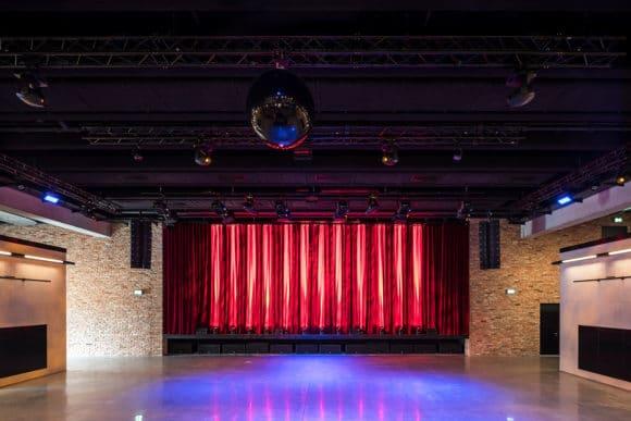 Ausgestattet mit den eigenen Audio- und Lichtprodukten – das Auditorium mit der großen Event-Bühne