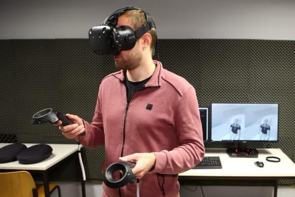 Ein Mitarbeiter aus dem Forschungsteam demonstriert den virtuellen Showroom.