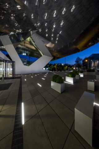 Vorplatz des Porsche-Museums in Stuttgart