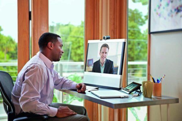 Arbeitsplatz der Zukunft Videokonferenz Schreibtisch