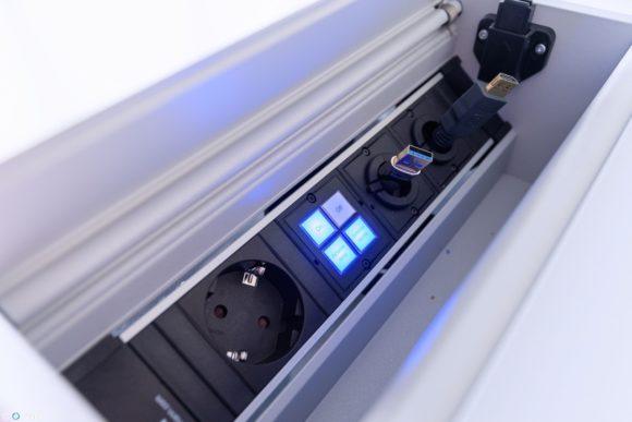 Die Bedienung erfolgt mit nur vier Tasten, die sich auf dem funktionalen Tischanschlussfeld befinden.