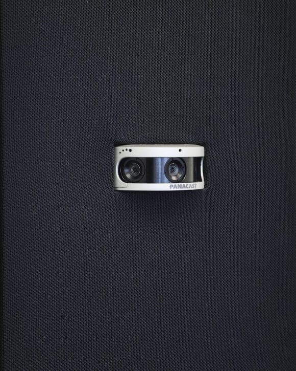 Zur Aufnahme der VC-Teilnehmer dient eine unauffällig integrierte 180°-Kamera, deren 3-Linsen-System auch schwierige Räume gut erfasst.
