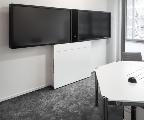 """VC-Besprechungsräume mit zweitürigem """"VC-Standardmöbel"""" und 2 × 65"""" Displays"""
