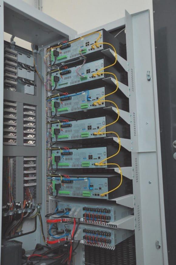 Ein Geräteschrank in der Sprachalarmzentrale mit vorbildlicher ausgeführter Verkabelung