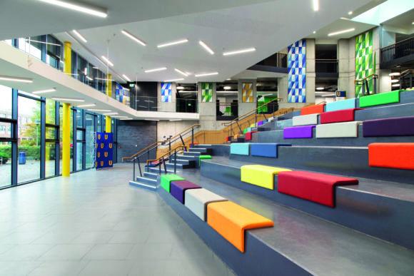 """Amphitheater und die Gänge des """"The Hub"""" der Dublin City University mit Anbauleuchten der Serie Matric in 4000K von Lightnet"""