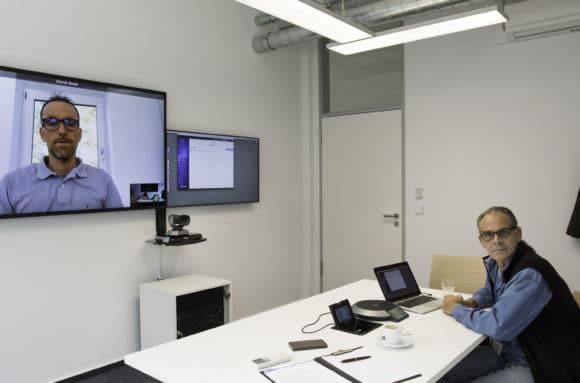 Udo Ringeisen (rechts) vom EMBL Photolab bei einer Videokonferenz mit Martin Bauer, Geschäftsführer der Audio Video Network Solution GmbH