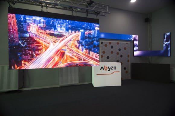Im 220 m2 großen Showroom finden sich unter anderem auch Aufbauten mit N-Plus-Modulen
