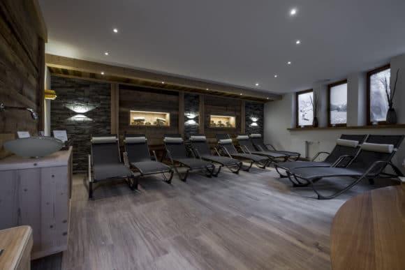 Lichtwirkung der Wandleuchten in den Ruhezonen des Sauna- und Schwimmbadbereiches, u. a. J.J.W. von Wever & Ducré