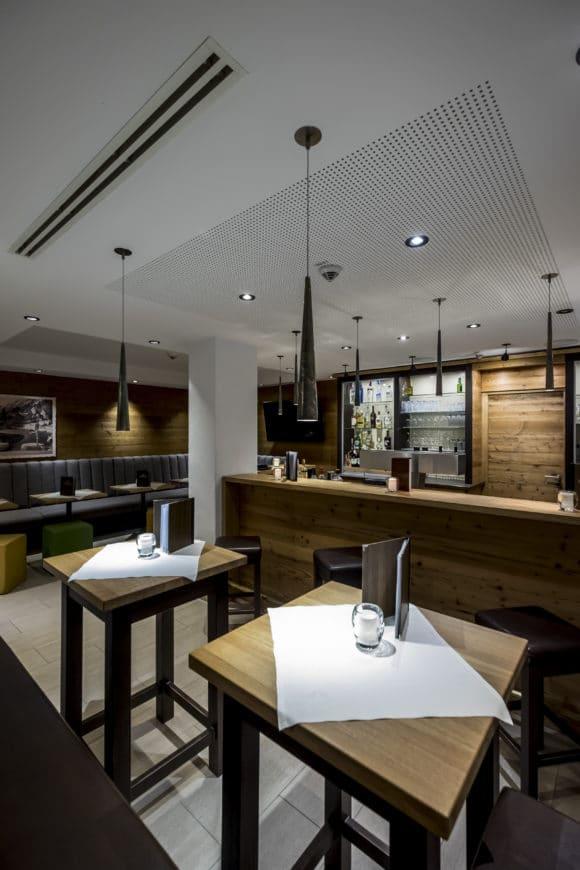 Bar mit modernen Pendelleuchten