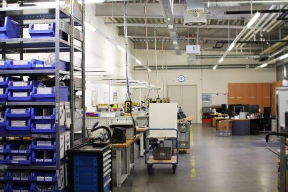 Blick in die Werkstatt: Links befinden sich Arbeitsplätze zum Vorbauen der Technik.
