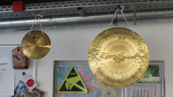 """Im Großraumbüro hängen zwei Gongs, mit denen Aufträge je nach Auftragsvolumen verkündet werden. """"Da zeigt sich, dass wir aus dem Verkauf kommen"""", erklärt Rolf Nebel schmunzelnd."""