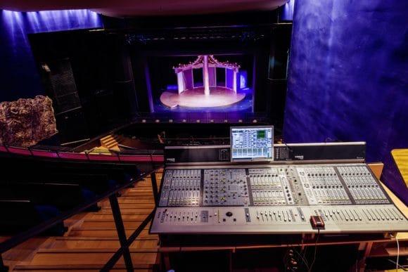 Eins der Theaterprojekte: Im Theater Hof sollte das Audionetzwerk angepasst werden – im Zuge dessen wurden drei Avid Venue-Konsolen installiert und vernetzt. Am FoH-Platz, der sich im ersten Rang befindet, wurde etwa ein Venue D-Show- Pult installiert.