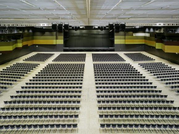Anspruchsvolles Projekt in Sachen Conferencing: das ICS der Messe Stuttgart – hier der Kongress-Saal C1 mit parlamentarischer Bestuhlung