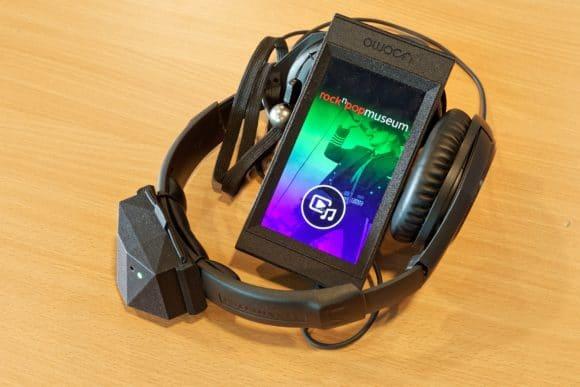 usomo-System mit Smartphone, Tracking-Modul und Kopfhörer