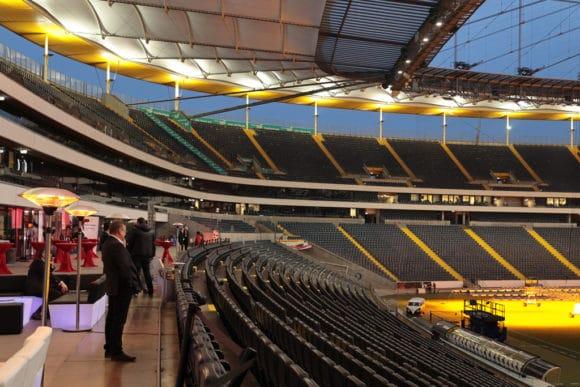 Leute betrachten von den Zuschauerrängen den Innenraum der Commerzbank-Arena
