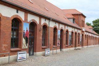Im Pferdestall der ehemaligen Kavallerieschule in Torgau residiert das Sportgeschäft Intersport Höcke.