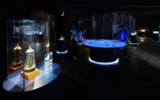 """Ausstellungsbereich """"Quantum Physics"""". Interaktiver Medientisch."""