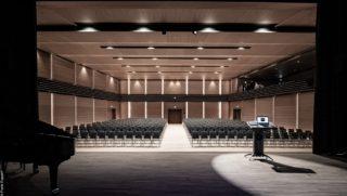 Blick von der Bühne in den sanierten Konzert- und Theatersaal
