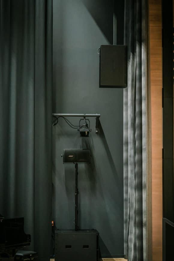 Fest montierter Subwoofer, darüber ein Moniter als Sidefill für Sprecher