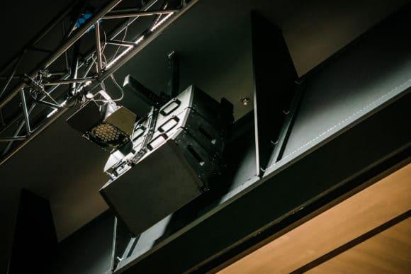 ShowMatch-Center-Array hinter dem Schallsegel