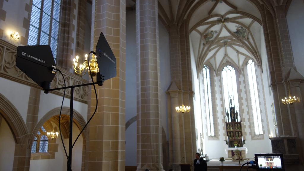 Kirchengebäude mit Funkempfängern
