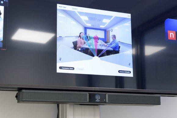 Bildschirm mit angeschlossener Videobar