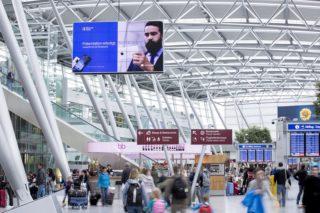 Nahezu wie federleicht schwebend mutet die riesige, doppelseitige Displaywand am Düsseldorfer Flughafen an. Dabei handelt es sich um eine 2 × 25 4K Videowall mit einer 5 × 5 Matrix.