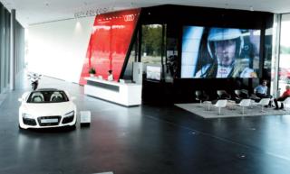 """Die große Monitorwand wird mittels der eigens produzierten Digital Signage Software """"Audi Multi Media System Octopus"""" in 3D und 4K Auflösung bespielt."""