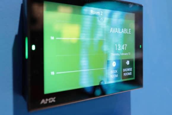 AMX Raumbuchungs-Touchscreen Acendo