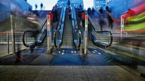 Rolltreppen im Züricher Hauptbahnhof mit Bodendisplays