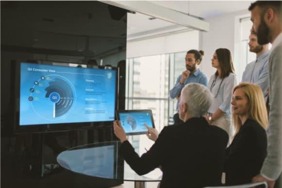 Menschen in einem Meeting-Raum bedienen AirMedia