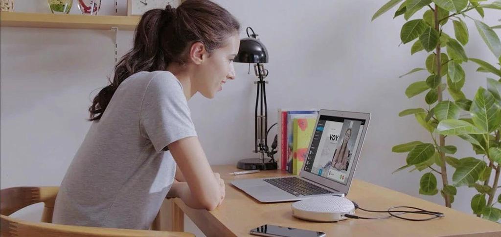 Frau sitzt im Home Office vor einem Laptop