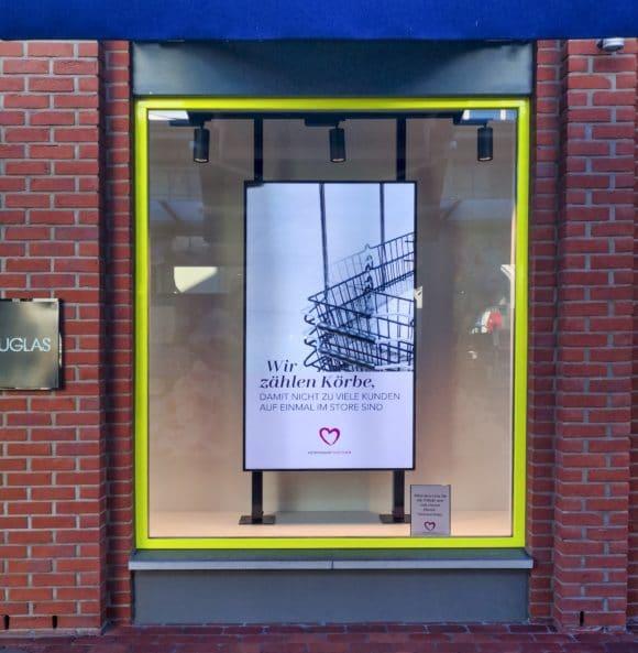 Digital-Signage-Stele mit Corona-Einlasshinweisen im Outlet Center Ingolstadt Village