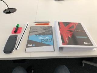 Schreibtisch mit Lernmaterialien