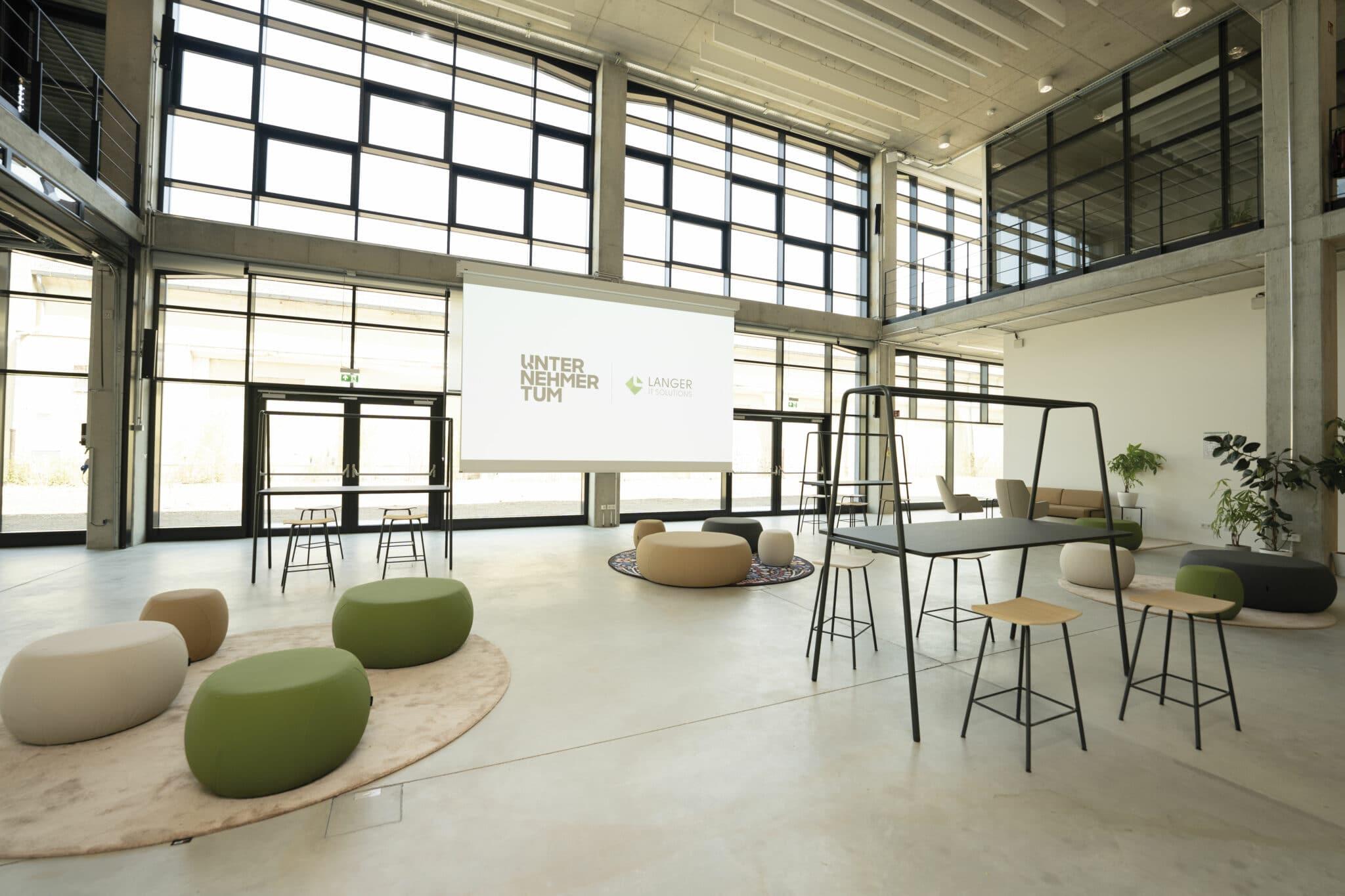 Event-Fläche mit Sitzmöglichkeiten und Leinwand