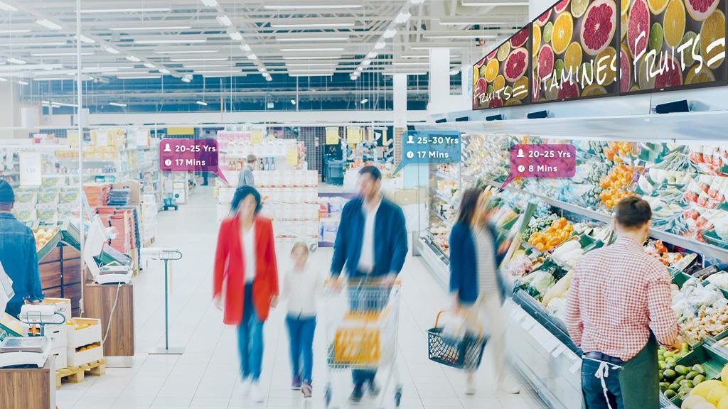 Eltern mit ihrem Kind im Supermarkt