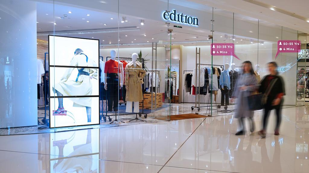 Kunden stehen vor einem Laden in Shoppingcenter