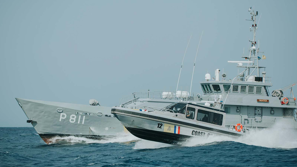 Zwei Militärschiffe im Meer